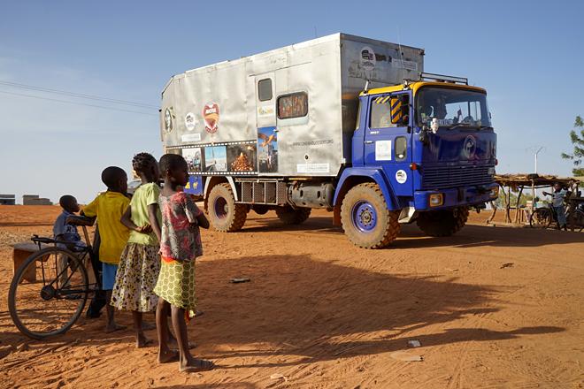Burkina Faso – CinemArena, il grande schermo arriva in luoghi remoti per aggregare e sensibilizzare