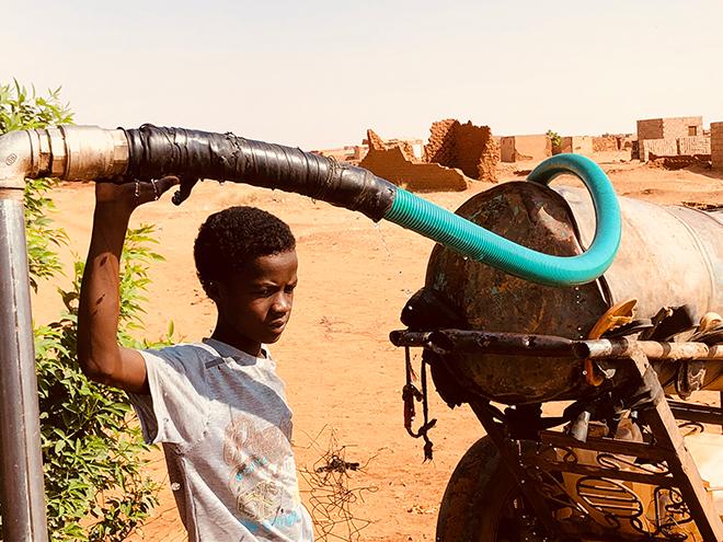 """Aics Khartoum - Programma di emergenza. L'impianto di approvvigionamento idrico e il sistema di distribuzione garantiscono acqua potabile nella periferia di Khartoum. Nell' area sono state messa a dimora piante di tipo """"Neem"""" che richiedono quantitativi di acqua per l'innaffiamento limitati nelle quantità e nel tempo (le piantine hanno bisogno di circa 15 lt/settimana e nel tempo si diraderà l'innaffiamento)"""
