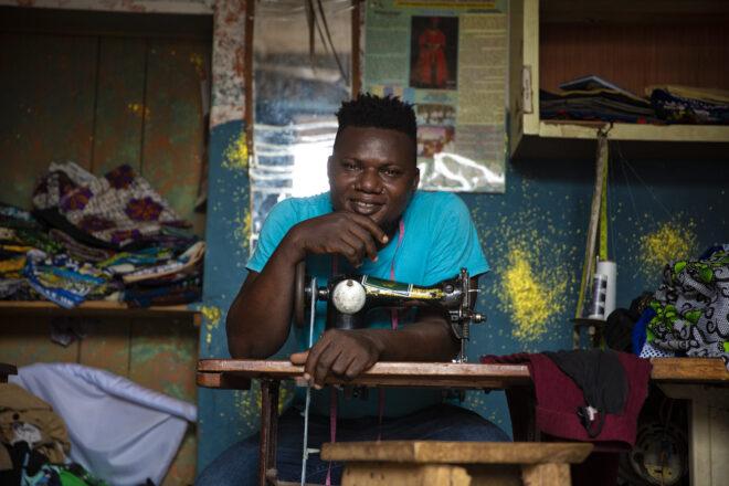 """""""En route"""", uno sguardo etico sulle migrazioni attraverso il fotogiornalismo. La storia di Oyahkilome giovane stilista."""
